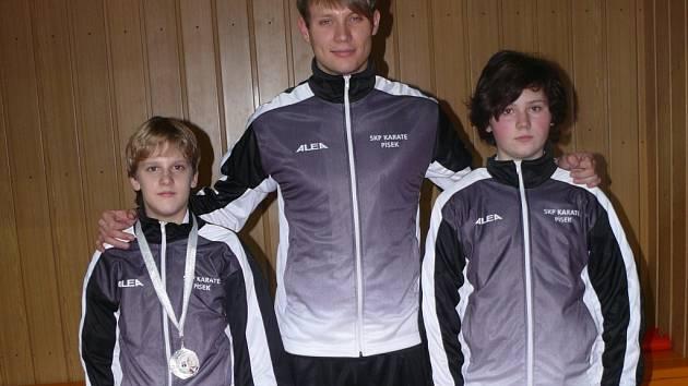 Zleva vicemistr ČR Dominik Bartuška, trenér David Krejča a Adéla Těhlová z SKP karate Písek.