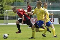 Domácí Keclík (vpravo) atakuje unikajícího Brůžka v zápase krajského fotbalového přeboru, ve kterém béčko Písku porazilo Táborsko B  6:2.