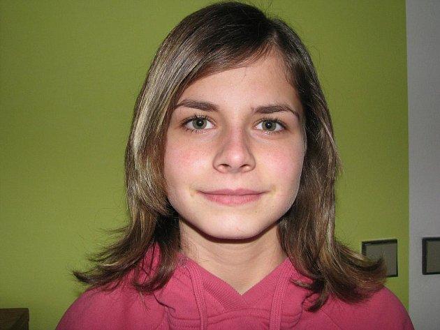 Třináctiletá Monika Hrnečková hraje fotbal za bernartické žáky.