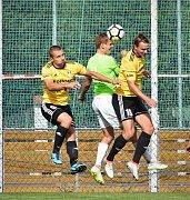 KAPITÁN fotbalistů Čížové Petr Janda uprostřed musel v Praze čelit tvrdým atakům hráčů Aritmy