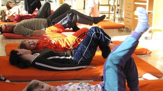 Snímek je z jednoho z rehabilitačních cvičení klientů OS Horizont v lázeňském sanatoriu ve Vráži.