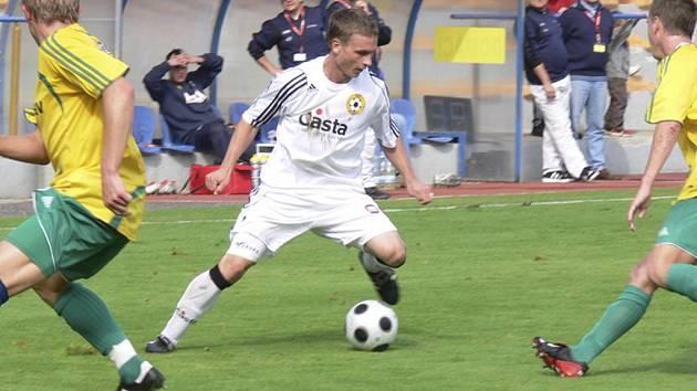 Snímek je z podzimního utkání třetí ligy Písek-Karlovy Vary. U prostřed je domácí Martin Malý mezi dvěma bránícími hráči soupeřova mužstva.