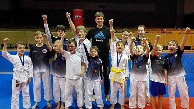 Závodníci z oddílu SKP karate Písek, kteří se zúčastnili závodů v Praze.