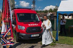 V sobotu požehnal farář Bohuslav Richter v Záboří u Protivína novému hasičskému vozidlu.