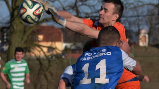 ZÁSKOK. Čížovský Luboš Kunc si proti Janu Chotovinskému z Táborska počíná razantně. Obvykle přitom hraje v záloze. V brance pouze zaskočil.