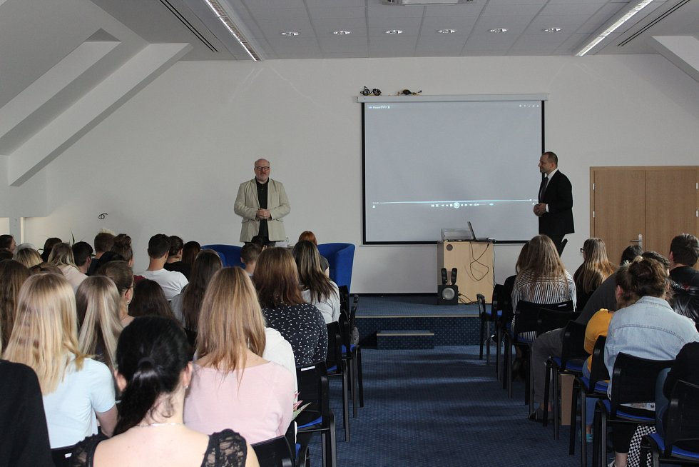 Daniel Herman besedoval se studenty písecké obchodní akademie.