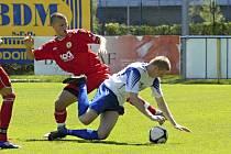 Domácí Djuketič (vlevo) atakuje hostujícího Babku v zápase krajského fotbalového přeboru, ve kterém béčko Písku zvítězilo nad Čkyní 2:0.