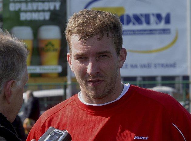 Petr Mikolanda (na snímku v rozhovoru pro Písecký deník) se nesmířil se svými zdravotními problémy, které ho provázely, po transplantaci ledviny se léčil a nyní už opět hraje svůj milovaný fotbal.