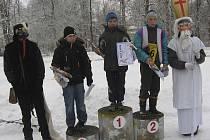 Na stupních vítězů v kategorii mladších žáků na Mikulášském běhu v Čimelicích stojí zleva: druhý v pořadí Jan Mašek z Chyšek, vítěz závodu František Fiřt z ACP Příbram a třetí Jindřich Mareš z Chyšek.
