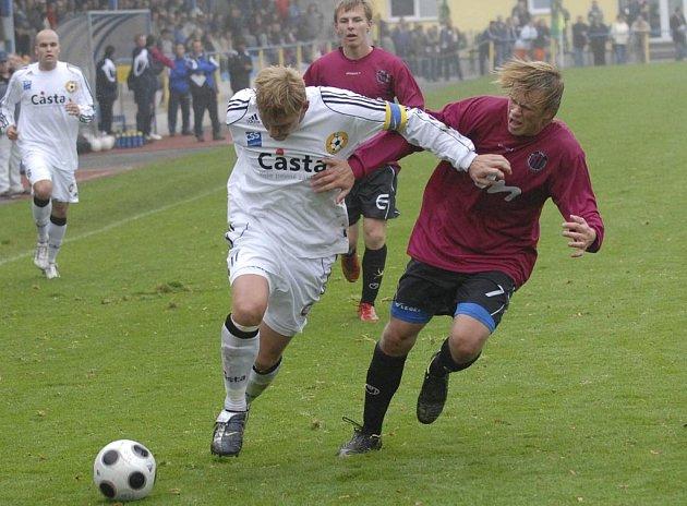 Kapitán domácího týmu Jan Zušťák (u míče) se snaží uniknout Pavlu Pickovi, všemu vlevo přihlíží Jiří Hrbáč. Utkání třetí fotbalové ligy: FC Písek - Dynamo Č. Budějovice B 0:3.