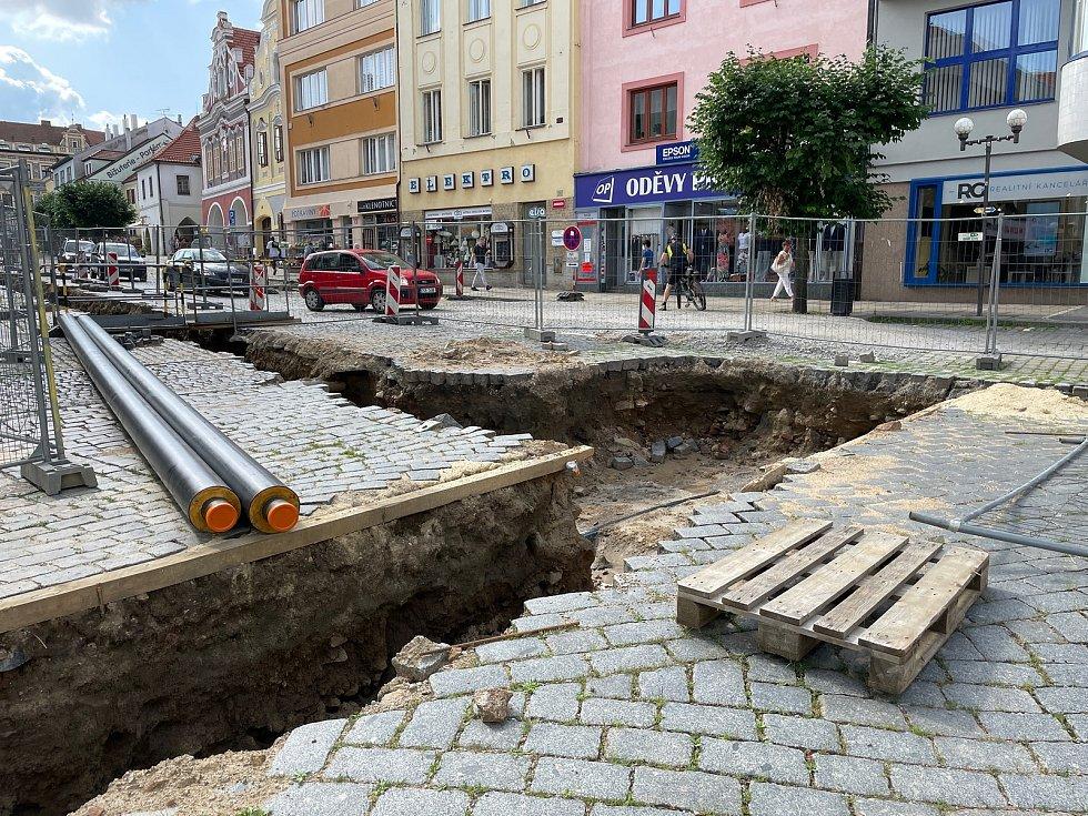 Výkopové práce na Velkém náměstí odhalily dvě historické dlažby, ale i úlomek pravěké mísy.