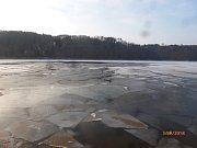 Prolomený led na Orlíku, kde zmizel bruslař.