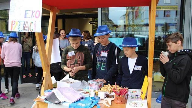 Žáci prodávali své výrobky na jarmarku.