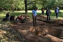 Archeologové našli v Letech na Písecku, kde byl za války romský koncentrační tábor, hroby jednotlivců. Uprostřed je vedoucí týmu Pavel Vařeka ze Západočeské univerzity.