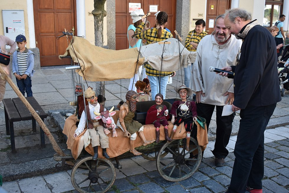 Průvod zahájil Neobyčejný festival loutkových divadel.