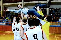 NAD HLAVAMI HRÁČŮ. Kouč Milan Matějka se po vítězství v základní části ocitl nad hlavami píseckých basketbalistů. Sršni po roce obhájili mistrovský titul.