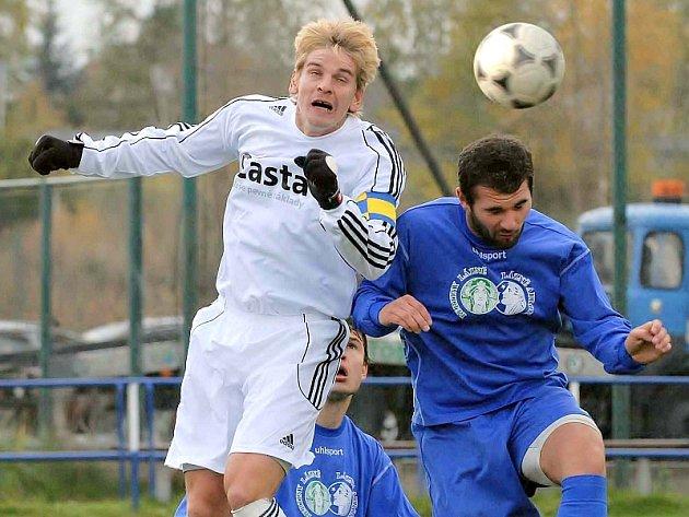 CENNÝ BOD. Kapitán hostujícího týmu Jan Zušťák (na snímku vlevo v hlavičkovém souboji s Pinterem) svým gólem v nastaveném čase zajistil svému mužstvu cenný bod v utkání minulého kola fotbalové divize, ve kterém  Jiskra Třeboň remizovala s FC Písek 2:2.
