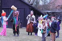 Děti si užily masopustní obchůzku s medvědem po Kovářově.