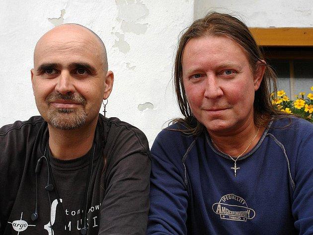 Návštěvníci píseckého  Divadla Pod čarou se mohou těšit na středeční koncert, kde  s kapelami vystoupí Milan Princ a Roman Dragoun.