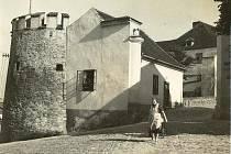 Snímek zachycuje pohled na Putimskou bránu  a dům U Koulí v Písku v podobě, jak ho patrně  za svého studentského pobytu znal  Fráňa Šrámek.