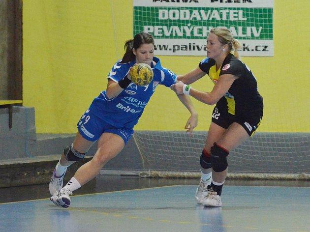 Písecká házenkářka Petra Bubeníková (vpravo) se snaží zabránit ve střelbě Kláře Jandáskové v utkání letošního ročníku interligy žen Písek – Veselí nad Moravou.