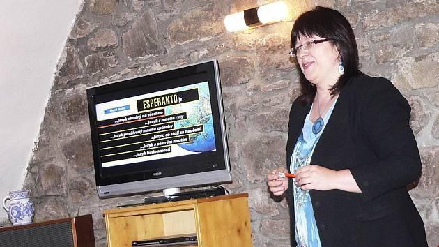 O významu a možnostech esperanta hovořila předsedsedkyně esperantského klubu La Ponto Písek Pavla Dvořáková.