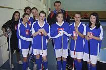 Na snímku jsou úspěšná čimelická děvčata se stříbrnými medailemi a s učitelem tělesné výchovy Vladislavem Linhartem.