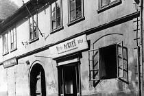 HISTORIE. Snímek z počátku minulého století zachycuje dům na rohu Ningrovy ulice a Masných krámů. Dnes vypadá úplně jinak, ale poznáte ho podle busty malíře Mikoláše Alše.