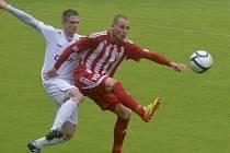 Domácí Martin Motejzík (vlevo) atakuje střelce zápasu Jiřího Böhma, který zaznamenal oba góly hostí. V sobotním zápase fotbalové III. ligy: FC Písek - SK Zápy 0:2.