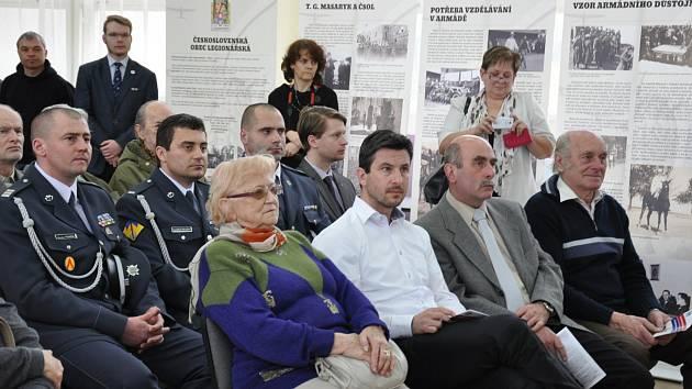S velkým ohlasem se setkala výstava k působení legií a vzniku armády samostatné ČSR. Snímek je z vernisáže  v ZŠ E. Beneše v Písku.