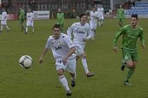 V akci jsou domácí hráči David Chytrý a Roman Zahrádka (zleva), vpravo je hostující Jan Staněk. V sobotním zápase III. ligy zvítězili fotbalisté Písku nad Karlovými Vary 1:0.