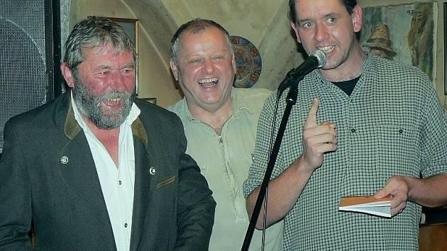 Kmotrem knihy Dáme dvóju se stal ražický starosta Jaroslav Němejc (vpravo), který si k samotnému křtu pozval k mikrofonu jejího autora Jiřího Brandejse (uprostřed) a Pepu Němečka, pábitele a hlavní postavu příběhů.