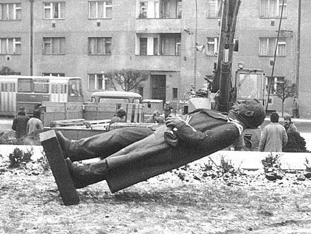 Osmého května 1975 byl na nynější Harantově ulici odhalen pomník Klementa Gottwalda. Na počátku roku 1990 byl z podstavce odstraněn. Materiál byl použit na vytvoření památníku lidických dětí.