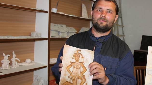 Miroslav Šefránek vede keramickou dílnu a vyřezává dřevěné formy na keramické výrobky.