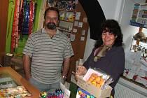 ČEKÁNÍ. Dana a Miroslav Zemanovi včera s napětím čekali, zda budou muset opustit svůj obchod v Čechově ulici.