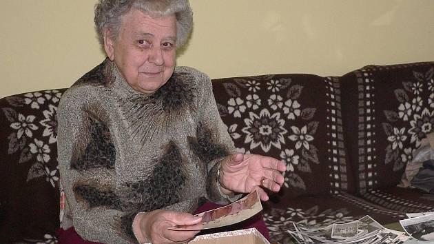 Předsedkyně písecké organizace ČSBS Irena Hrbáčková si prohlíží staré fotografie.