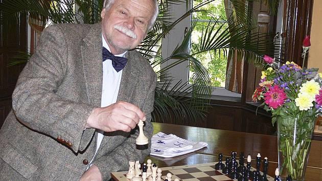 Na snímku je usměvavý Vlastimil Hort u šachovnice před tiskovou konferencí, pořádanou v konferenčním sále společnosti Lázně Hotel Vráž u příležitosti konání šachového duelu Horta s velmistrem Viktorem Korčným.