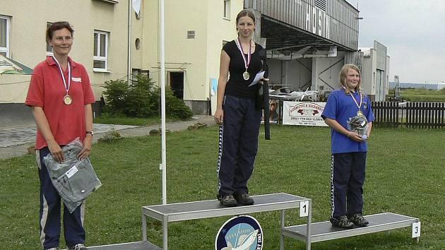 Na snímku jsou tři nejlepší závodnice v disciplíně zátěz skish. Zleva stojí: druhá Alena Kläuserová (Rakousko), první Tereza Havelková a třetí v pořadí Kateřina Marková (obě Písek - Č. Budějovice).