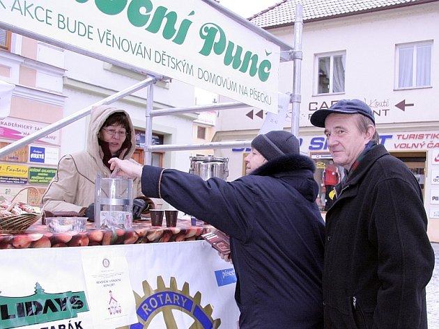 Vpravo Miloslava a Stanislav Nohejlovi z Písku, punč jim nabídla členka Rotary klubu Marta Frišmanová