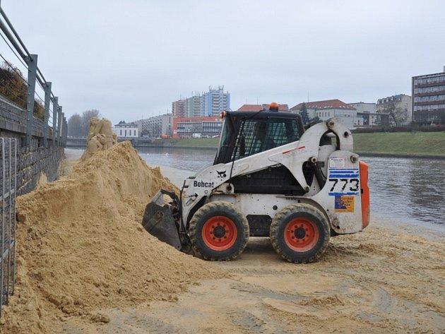 Bourání soch z písku.
