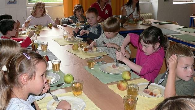 Prvňáčci v jídelně ve staré budově ZŠ Svobodná