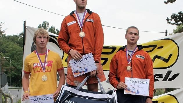IN–LINE ALPIN SLALOM. Tři nejlepší borci v závodě Českého poháru v Turnově. Zleva stojí: druhý Petr Brandtner, vítěz Richard Kudělásek a třetí v pořadí Martin Valeský.