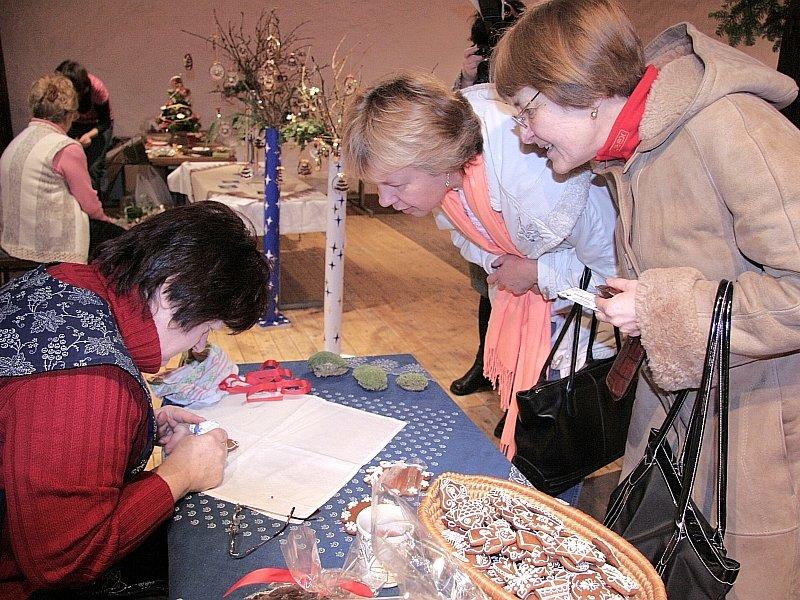 (na snímku zleva) Eva Chovancová a Irena Shanahanová. Jednak, aby nakoupily drobné dárky a jednak chtěly získat  další poznatky o vánočním zdobení. Obdivovaly zejména umění Julie Chadimové ze Strakonic