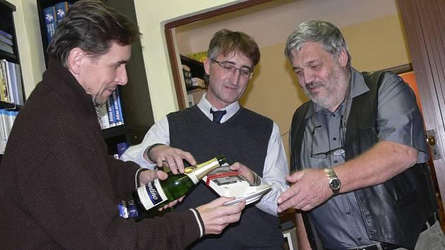 Společně s  Ladislavem Beranem pokřtili jeho novou knihu krimipovídek starosta Čížové Roman Čarek a Jan Měšťan z Nakladatelství JaM Písek.