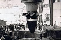 Snímek zachytil instalaci jedné z turbín na Orlické přehradě.