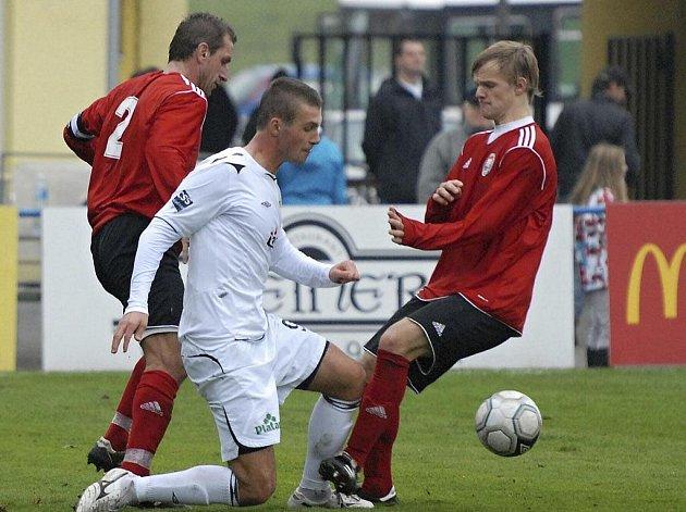 Fotbalisté Písku prohráli v dalším zápase třetí ligy s Chrudimí 0:2. Na snímku domácí útočník Adam Klavík (v bílém) bojuje o míč s kapitánem hostí Tomášem Linhartem (vlevo) a s Pavlem Štěpánkem.
