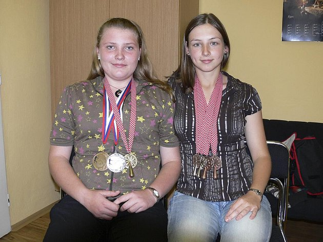 Na snímku jsou české reprezentantky v rybolovné technice Kateřina Marková (vlevo) a Tereza Havelková (obě SK Casting Písek) s cennými kovy, které vybojovaly na zářijovém mistrovství světa seniorek v Chorvatsku.