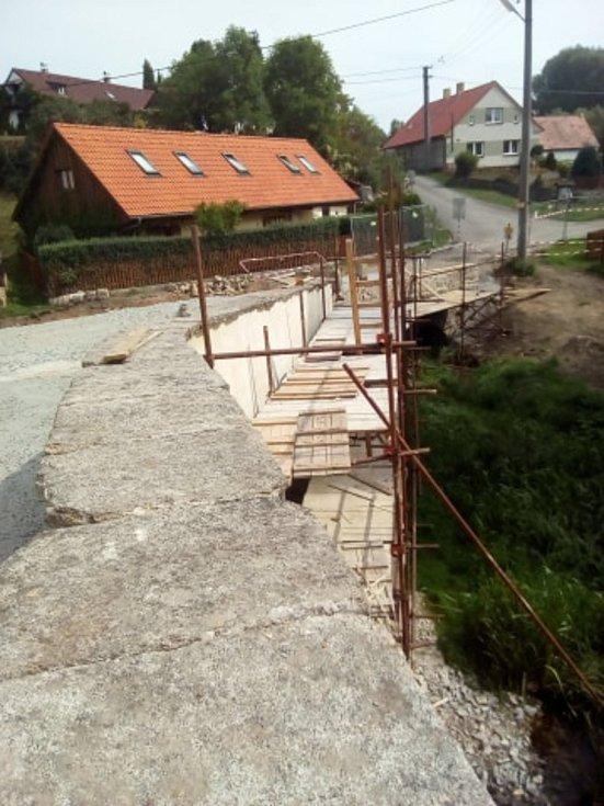 Oprava historického mostu ve Varvažově. Foto: Marie Dobrovodská