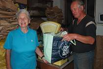 Nákupna léčivých rostlin v Písku má otevřeno dva dny v týdnu. Ve čtvrtek sem s manželem přivezla nasbírané rostliny Míla Svobodová z Mirovic. Na snímku je s Vladimírem Fröhlichem, provozovatelem nákupny.