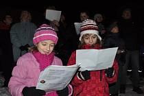 K akci Česko zpívá koledy se připojili i lidé na nádvoří písecké Sladovny